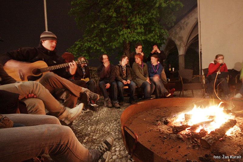 Večer ob ognju – PRESTAVLJENO V GOSTILNO STARI MAYR